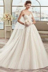 Classic Sweetheart A-line Wedding Dress with Appliques and Brush Train